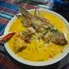 ココナッツミルクで煮込んだグアテマラ東部の魚介スープ料理タパーダ