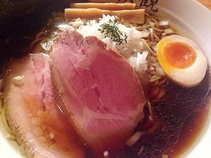 西麻布に帰ってきた行列のできる激ウマ醤油ラーメン!「楽観 NISHIAZABU GOLD」の特製琥珀&ミニ焼豚丼