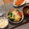 ごはん、海老マヨ、ブロッコリーとトマト、鮭の刺身、なめこの味噌汁