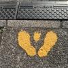 揃えた足跡と3本指