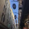 メルボルンのカフェ文化を代表する『デグレイヴ・ストリート』