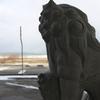 輪島市の廃れゆく旧キリコ会館にて凛々しく残る狛犬を撮る