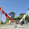 霊を導く「お盆幡」、仮設本堂前で海風に揺れる