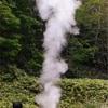 羅臼の間欠泉、噴出口に石詰められる 湯が低く不規則に