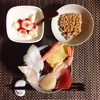 海鮮丼、小粒納豆、バナナヨーグルト。