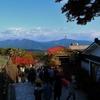 秋色の伊香保温泉街を歩く