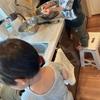らっきょの甘酢漬けづくり、2歳でも薄皮むきを手伝ってくれました