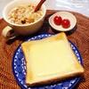 チーズトースト、フルーツグラノーラ、ミニトマト。