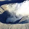 火口の底に「湯だまり」、直径4m噴石も…阿蘇