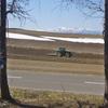 春を起こすトラクター