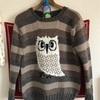 母・とみえが着こなすふくろうのセーター