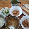 薄揚げの煮付けと納豆とパン