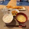 ごはん、鮭ハラス、野菜と卵とソーセージの炒め物、切り干しと白菜の味噌汁