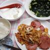 朝食:ワカメスープ。カレー味の炒め物