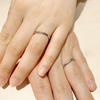 ふたりを照らす、輝くダイアモンドのゆびわ。