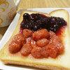 畑で採ってきたいちごでジャムを作りました。カロリーなんて気にしな~い!この時しか食べない、朝ごはん。