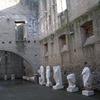 彫像群と、ある墓碑(チェチーリア・メテッラの墓、ローマ)