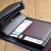 機能的でコンパクト! 「m+(エムピウ)」の二つ折り財布「ミッレフォッリエ 2 」は、身軽に出歩きたいメンズにこそオススメしたい。