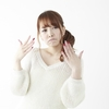 女性が恥ずかしさ(自称)を感じたときに、顔を手で扇ぐ意味が分からない。