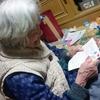 孫の手紙読む母