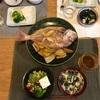 ごはん、花鯛の煮付けに蓮根とネギ、ブロッコリーと豆腐、ワカメのかきたま汁、(おとな)なんかあまりのサラダ