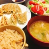 今日の晩ご飯は餃子とヤマモリの地鶏だし炊き釜飯