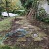 秋澄める庭に芝植えやや広し(あ)