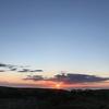 オホーツク海を隔てた山の向こうに沈む夕陽