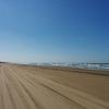 砂浜を車で走れる、石川県の千里浜なぎさドライブウェイにて