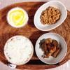 茄子と豚肉の炒め煮、小粒納豆、ヨーグルト。