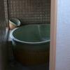 陶器風呂の贅沢な浴室