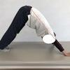 ガスだまり腸に効果的なダウンドッグとは?今回は通常のダウンドッグよりもさらに腸の動きを良くする方法も教えます。
