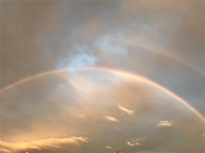 夕立の後の東の空〜夕日に照らされる虹を見つけました〜
