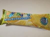 セブン限定「弾けるレモンスカッシュ氷バー」が屈指の再現度を誇る。パチパチキャンディが良い仕事しているぞ!