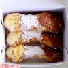 イタリアの伝統的なお菓子、カノーリをおやつに食べる