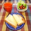チーズトースト、サラダ、野菜ジュース。