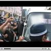 車の窓ガラスを叩き割る警察、他