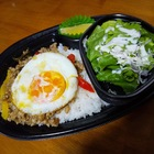 6/25ほっともっとから新発売のタイ料理【ガパオライス】を頂きました。【トムヤムクンヌードル】も。暑くなってくると南の島の料理が丁度よく美味いですね~
