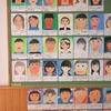 6年生:自画像の並ぶ掲示板