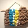 羊毛のスライバーを編んで、タペストリーを作りました。羊毛ふわふわのインテリア。道具は不要です。