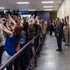 海外の反応「演説よりも自撮りに夢中!? ヒラリークリントン氏の演説会で異様な光景が...」