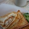 今日のお昼は、カマンベールチーズ入りメンチでホットサンド♪