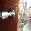 玄関ドアのドアノブが曲がって開け閉めがたいへん レバーハンドルに取り換えました