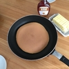簡単な朝ごはん。大きなホットケーキ(レーズン付き)