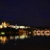 夜のプラハ城とカレル橋