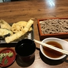 この値段で嬉しい、海老天の尻尾が食べられる揚げ具合。天ぷらの山。