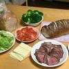 手巻き寿司ならぬ、手挟みローストビーフサンド!パーティーメニューにも良さそうな、わが家の定番の食べ方です♪