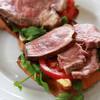 ローストビーフとクレソンの贅沢オープンサンドイッチ