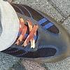 安全靴の靴紐を