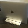サンワサプライのノートPCスタンドにMacBookを立ててデスクのスペースを広げる